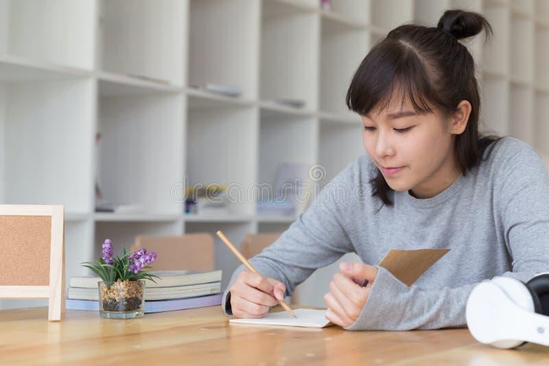 adolescente femminile della ragazza asiatica che studia alla scuola Studente che scrive n immagine stock libera da diritti