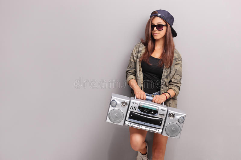 Adolescente fraîche dans l'équipement d'houblon de hanche tenant une radio photographie stock libre de droits