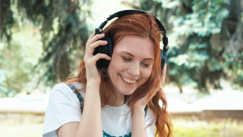 Adolescente freckled dai capelli rossi che balla nel parco fotografia stock libera da diritti