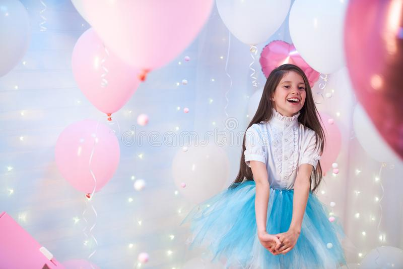Adolescente hermoso que canta una canción en el paisaje de globos globos de la hoja y del látex llenados de helio imagen de archivo