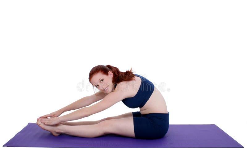 Adolescente hermoso que demuestra estiramiento de la yoga fotos de archivo
