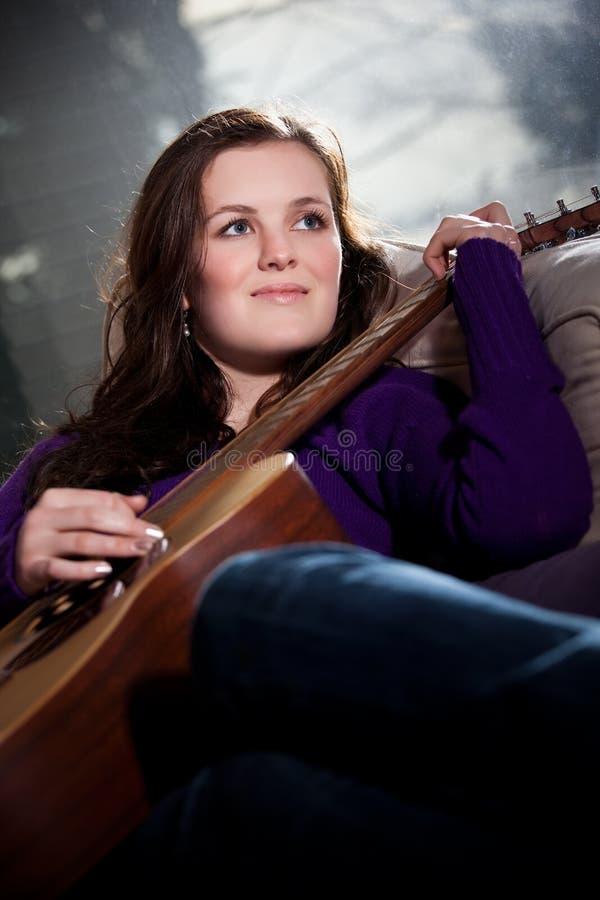 Adolescente hermoso que toca la guitarra imágenes de archivo libres de regalías