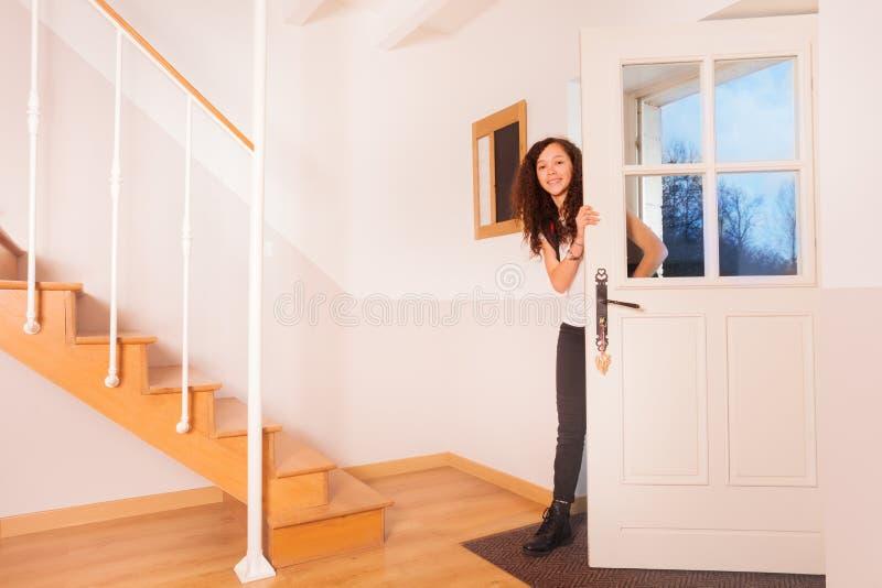 Adolescente heureuse revenant à la maison de l'école photo stock
