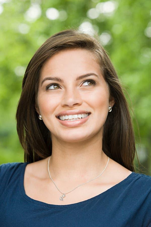 Adolescente hispánico femenino sonriente foto de archivo libre de regalías