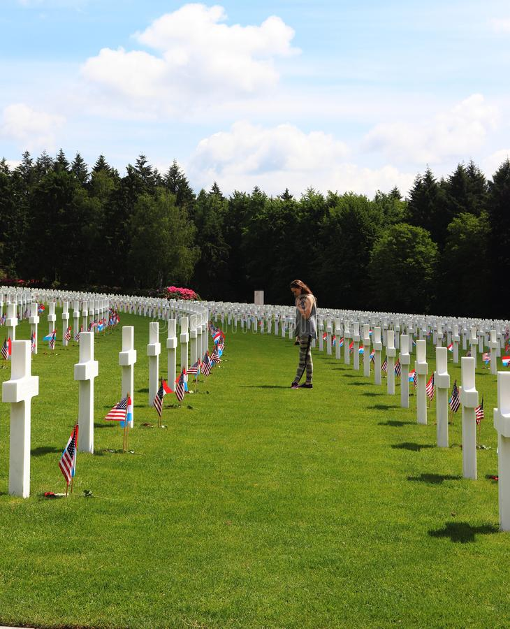 Adolescente honorant des soldats de WWII au Luxembourg photographie stock libre de droits