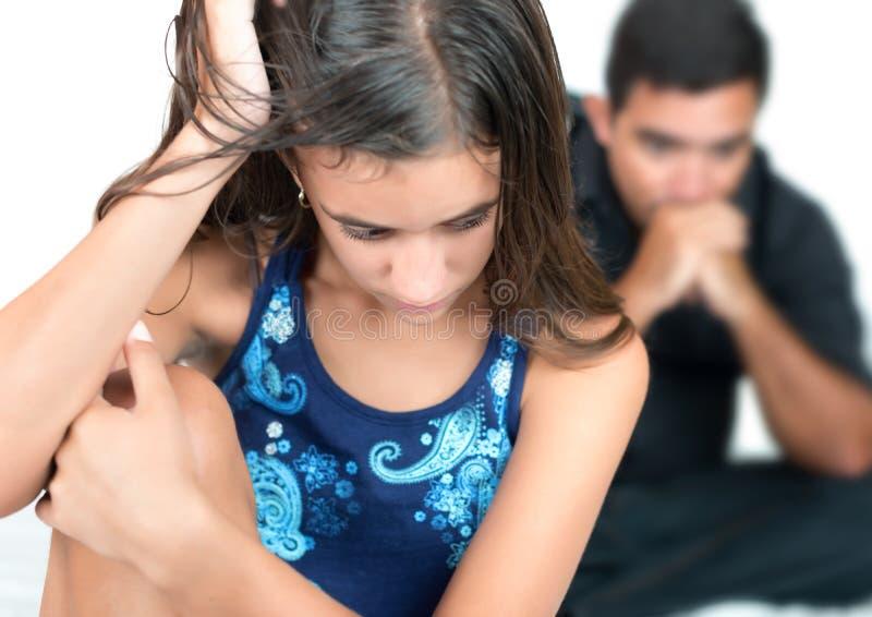 Adolescente incomodado com seu pai preocupado fotos de stock