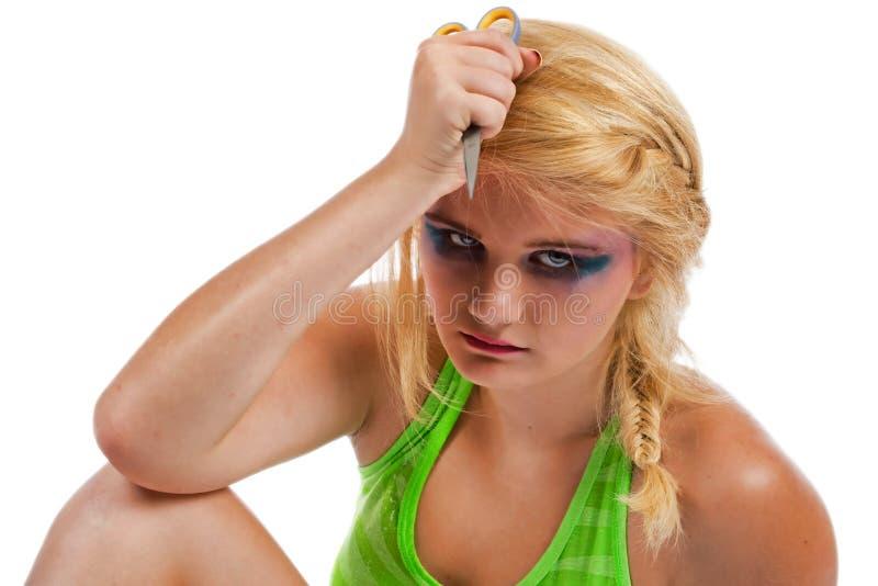 Adolescente incomodado com um par de scisors foto de stock royalty free