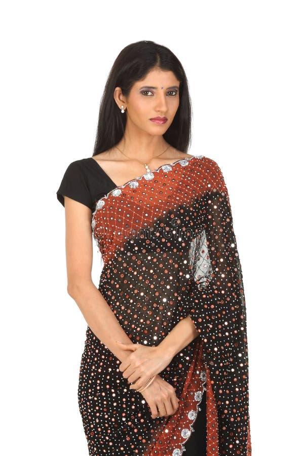 Adolescente indienne dans le sari restant tranquillement photo stock