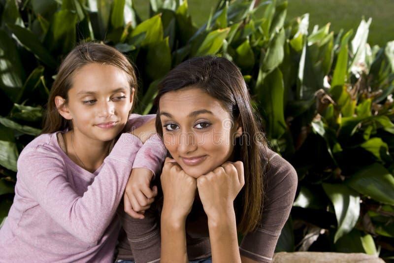 Adolescente indienne de joli mélangé-chemin avec plus jeune images stock