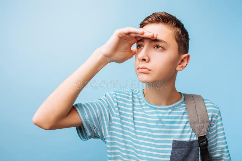 Adolescente, indivíduo com uma pasta, olhares na distância fotografia de stock royalty free