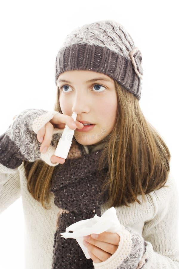 Adolescente injectant des baisses dans le nez. photo libre de droits
