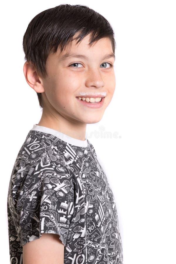 Adolescente joven con un bigote de la leche imagen de archivo