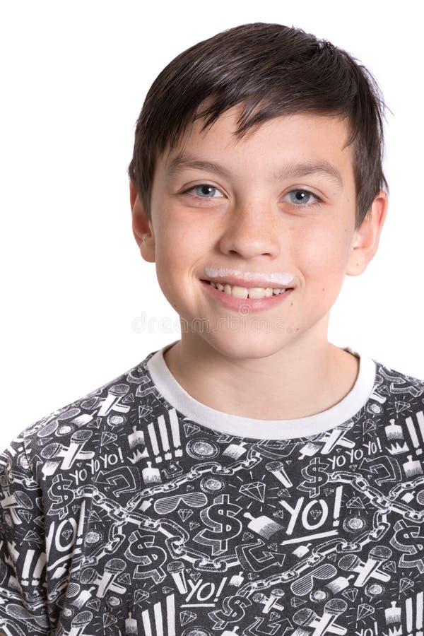 Adolescente joven con un bigote de la leche foto de archivo libre de regalías
