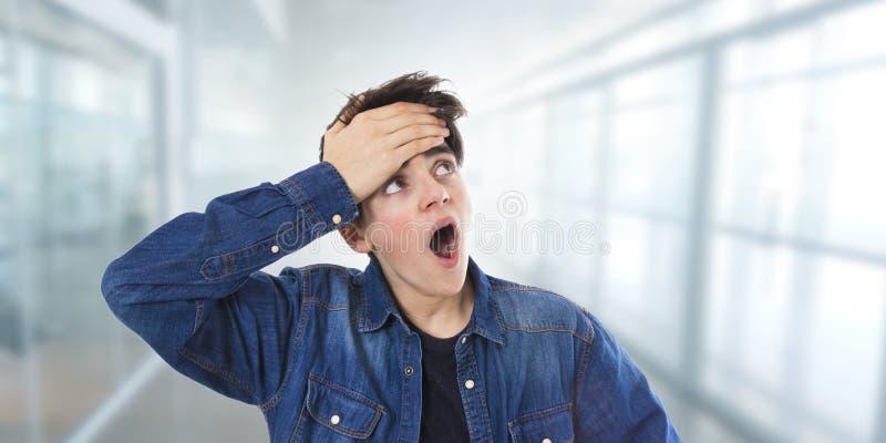 Adolescente joven con una expresi?n de la sorpresa foto de archivo libre de regalías