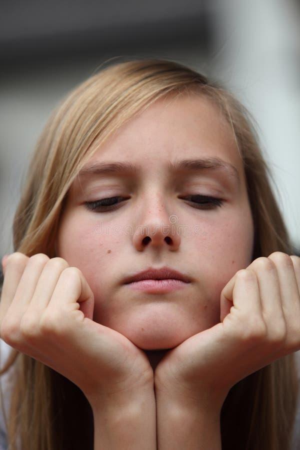Adolescente joven cruzado foto de archivo
