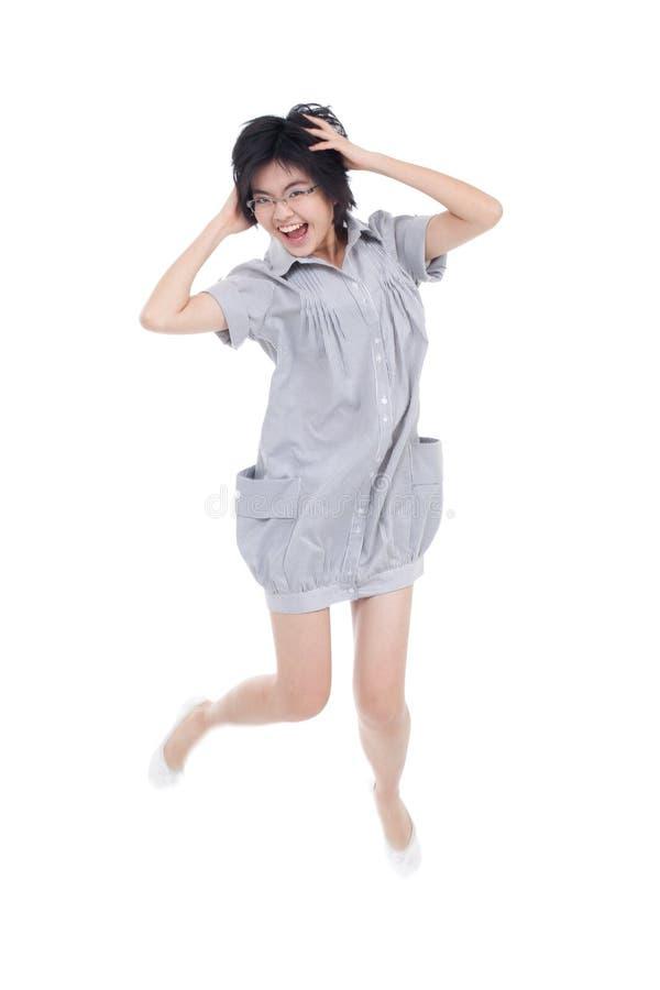 Adolescente joven, enérgio que salta y que juega fotos de archivo