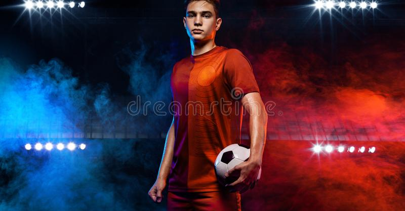 Adolescente - jugador de f?tbol Hombre en ropa de deportes del fútbol después del juego con la bola Concepto del deporte fotografía de archivo libre de regalías