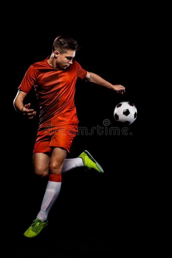 Adolescente - jugador de f?tbol Muchacho en ropa de deportes del f?tbol despu?s del juego con la bola Concepto del deporte fotografía de archivo libre de regalías