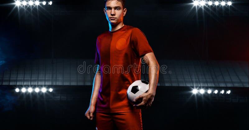 Adolescente - jugador de f?tbol Muchacho en ropa de deportes del f?tbol despu?s del juego con la bola Concepto del deporte foto de archivo