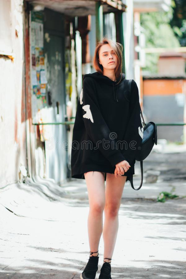 Adolescente largo hermoso joven del inconformista del modelo de moda de la muchacha del pelo en sudadera con capucha negra en la  imágenes de archivo libres de regalías