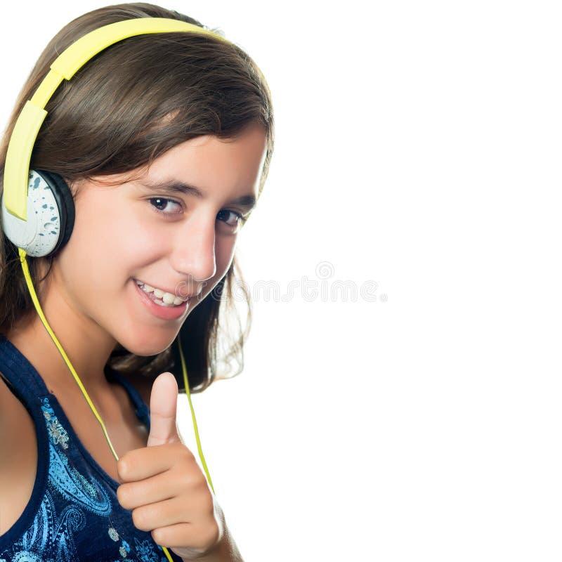 Adolescente latino-americano bonito que escuta a música imagens de stock