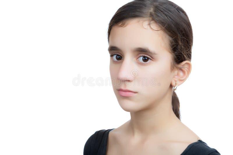 Adolescente latino-americano sério isolado no branco fotos de stock