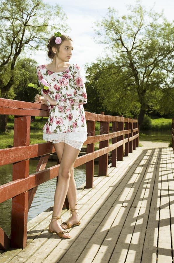 Adolescente lindo en el vestido de flores fotografía de archivo libre de regalías