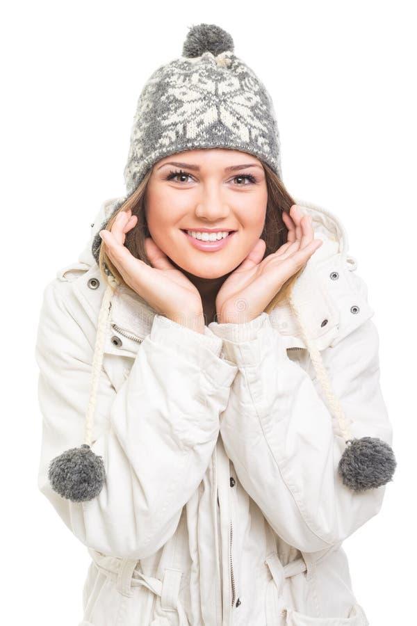 Adolescente lindo que lleva la sonrisa gris del sombrero de la gorrita tejida imagen de archivo
