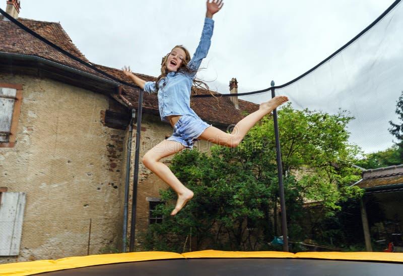 Adolescente lindo que salta en el trampolín foto de archivo libre de regalías