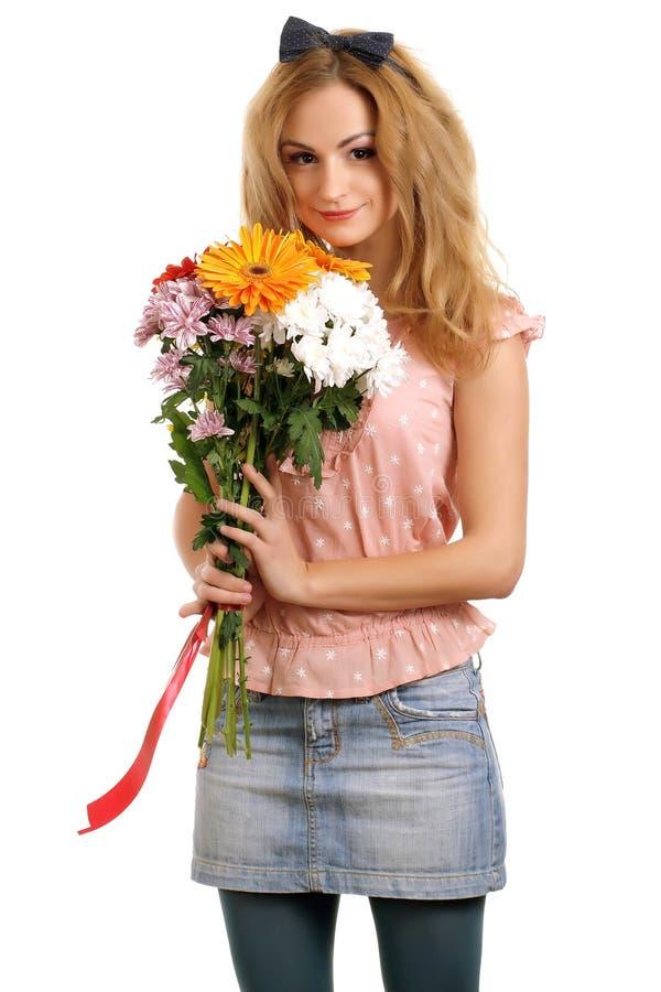 Adolescente louro com um ramalhete das flores fotografia de stock