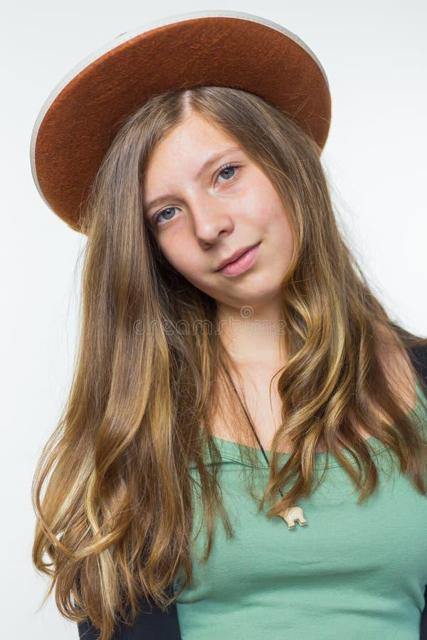 Adolescente louro que veste o chapéu marrom imagem de stock