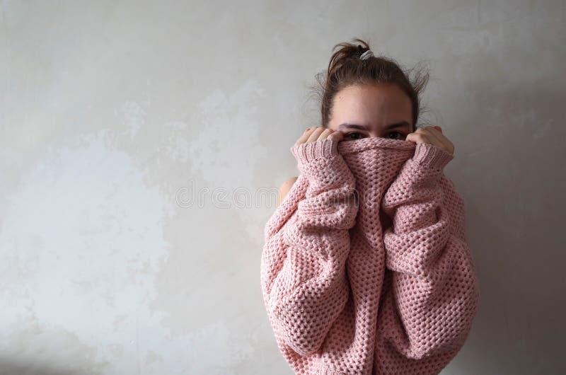 Adolescente in maglione tricottato rosa immagini stock libere da diritti