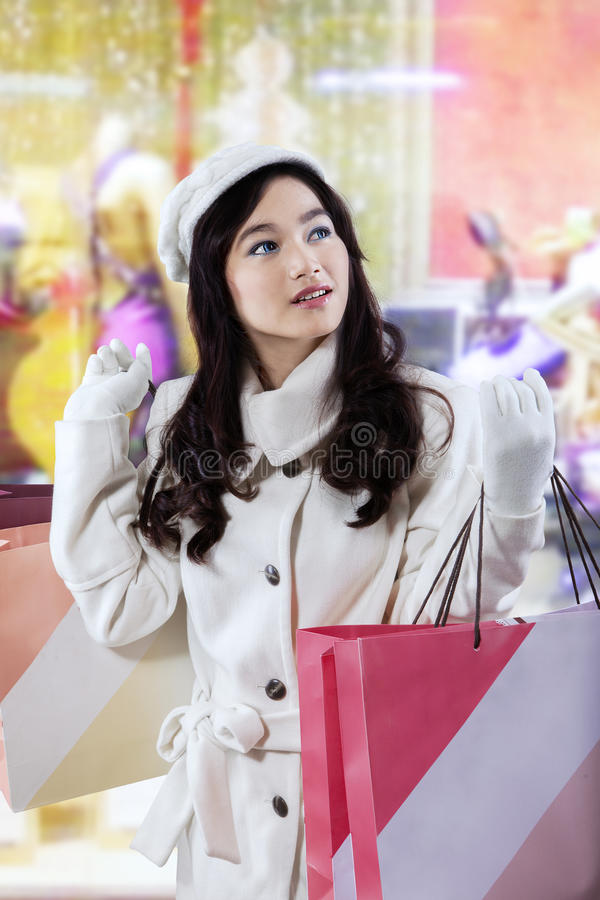 Adolescente magnifique avec des paniers de Noël photos libres de droits