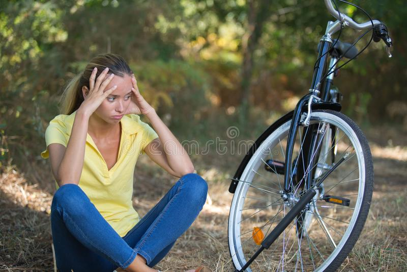 Adolescente malheureuse à l'aide du vélo images libres de droits