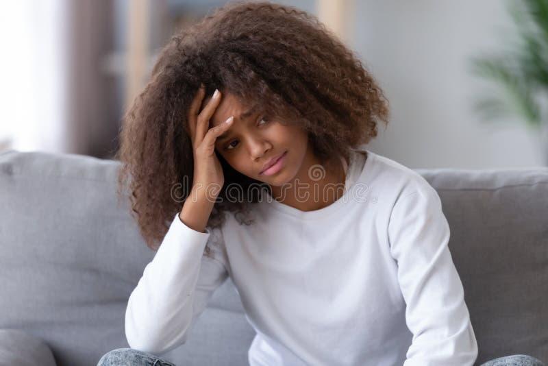 Adolescente malheureuse d'Afro-américain seul s'asseyant, ayant le problème photographie stock