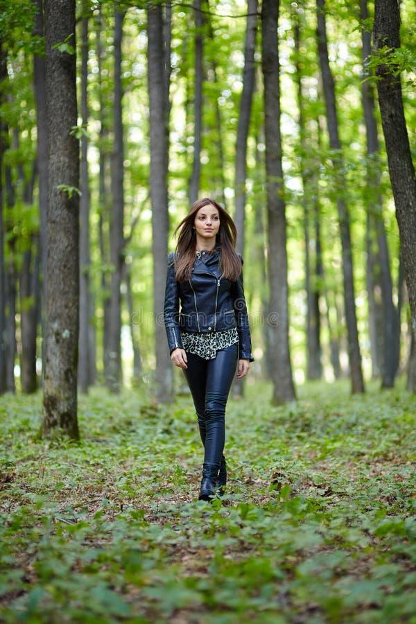 Adolescente marchant dans le Forest Park photographie stock