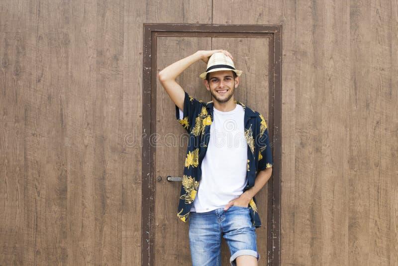 Adolescente masculino à moda feliz fotos de stock