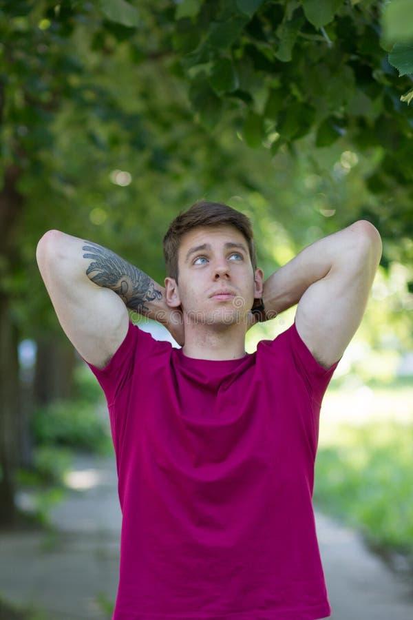 Adolescente masculino braço tattooed no parque imagem de stock royalty free