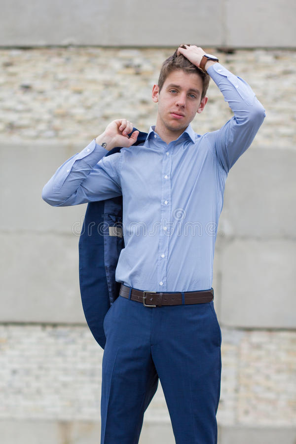 Adolescente masculino considerável no terno azul imagem de stock