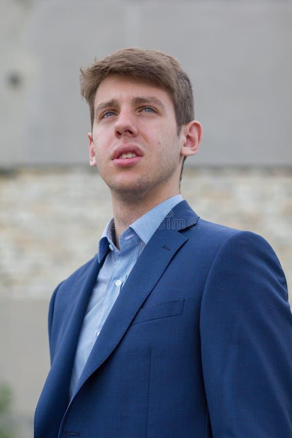 Adolescente masculino considerável no terno azul fotografia de stock royalty free