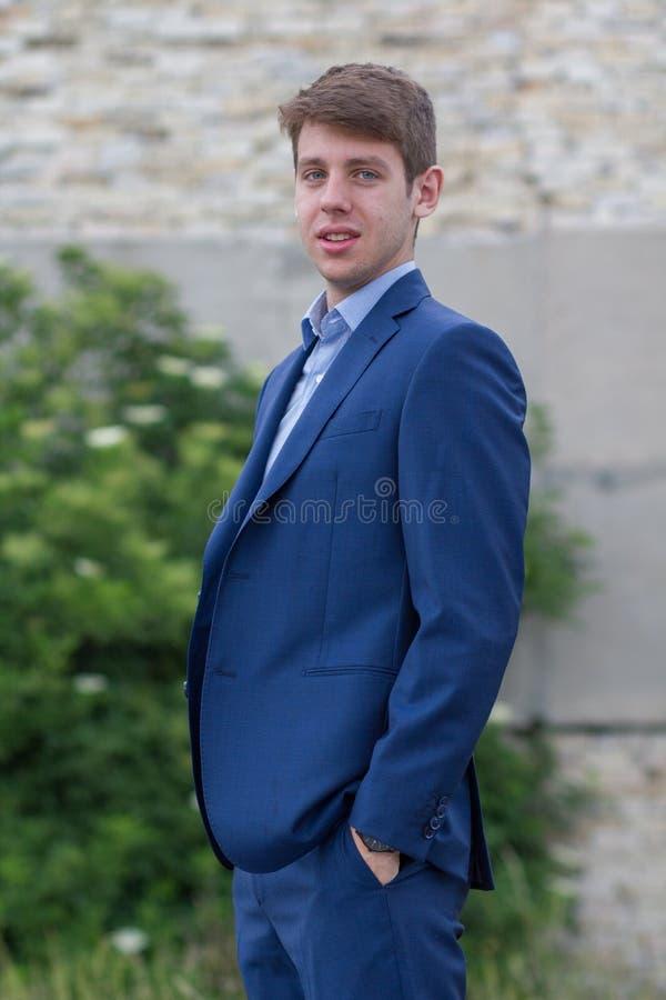 Adolescente masculino feliz do negócio no terno azul fotografia de stock