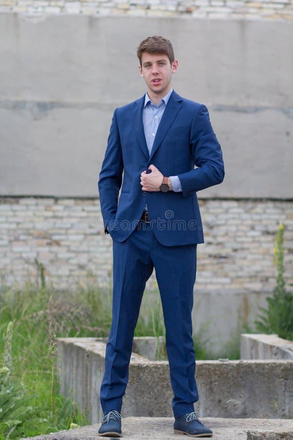 Adolescente masculino hermoso en traje azul fotos de archivo