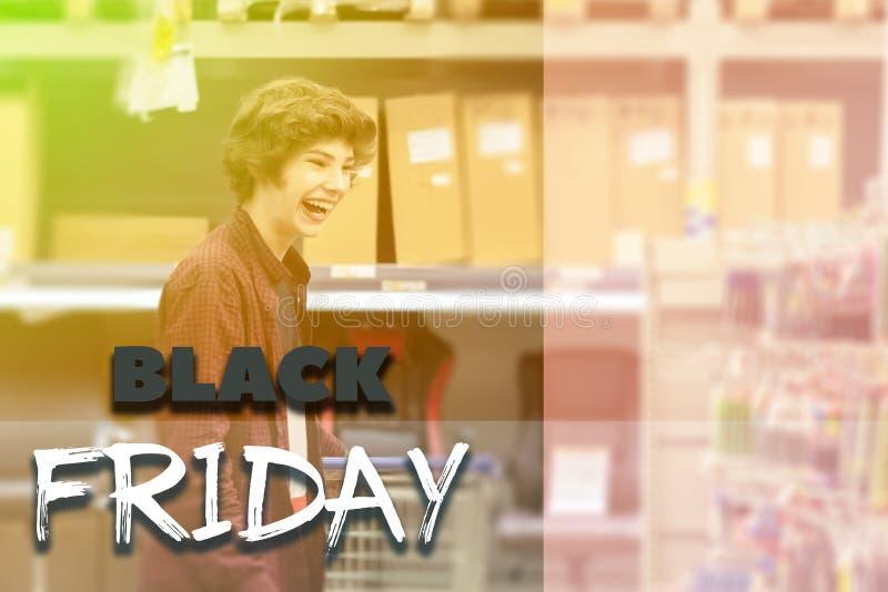 Adolescente masculino joven en la tienda con el carro de la compra entonado y el concepto de diseño del texto f imagen de archivo libre de regalías
