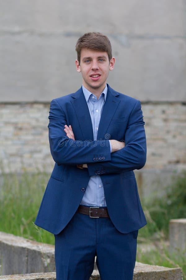 Adolescente masculino novo do negócio no terno azul imagens de stock royalty free
