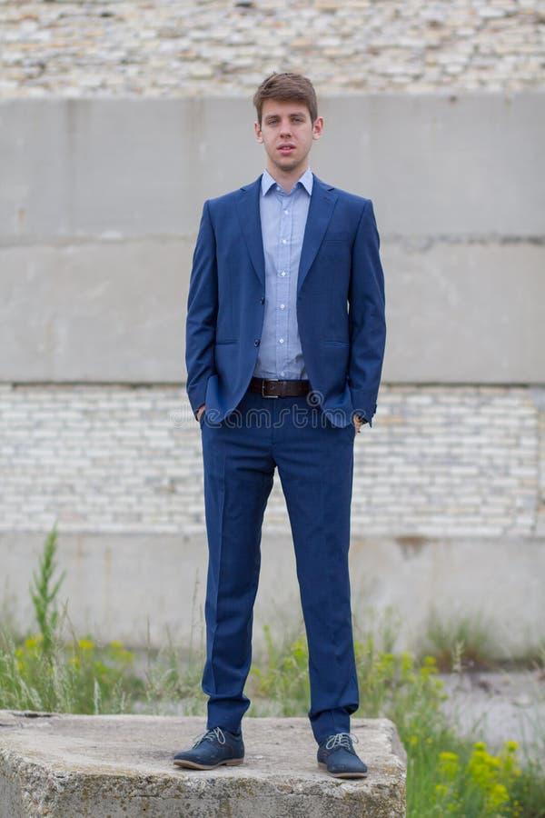Adolescente masculino seguro do negócio no terno azul foto de stock