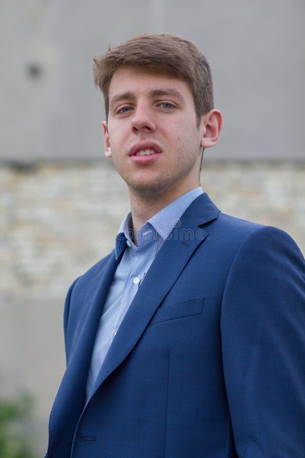 Adolescente masculino seguro do negócio no terno azul fotos de stock