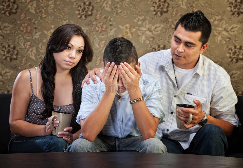 Adolescente masculino triste com pais foto de stock royalty free