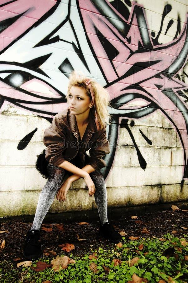 Adolescente moderno por Grafitti Parede fotografia de stock