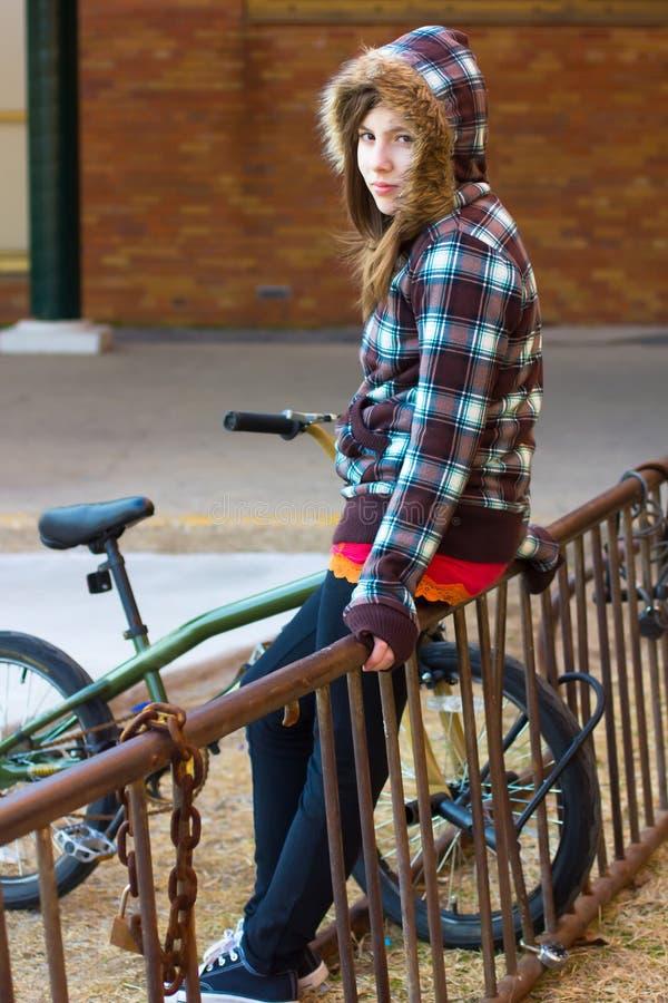 Adolescente na cremalheira da bicicleta fotos de stock