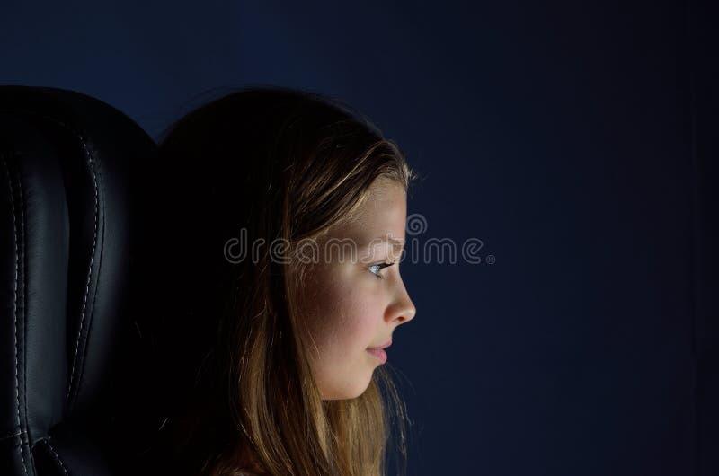 Adolescente na escuridão imagens de stock